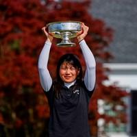 優勝カップを掲げる梶谷翼(提供:Augusta National Golf Club) 2021年 オーガスタナショナル女子アマ 梶谷翼
