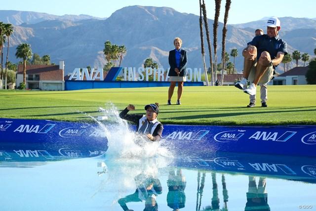 2021年 ANAインスピレーション 最終日 パティ・タバタナキット 優勝者恒例のダイブ。PGAツアー優勝経験のあるキャディ兼コーチのグラント・ウェイト氏もなかなかのジャンプ力