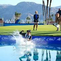 優勝者恒例のダイブ。PGAツアー優勝経験のあるキャディ兼コーチのグラント・ウェイト氏もなかなかのジャンプ力 2021年 ANAインスピレーション 最終日 パティ・タバタナキット