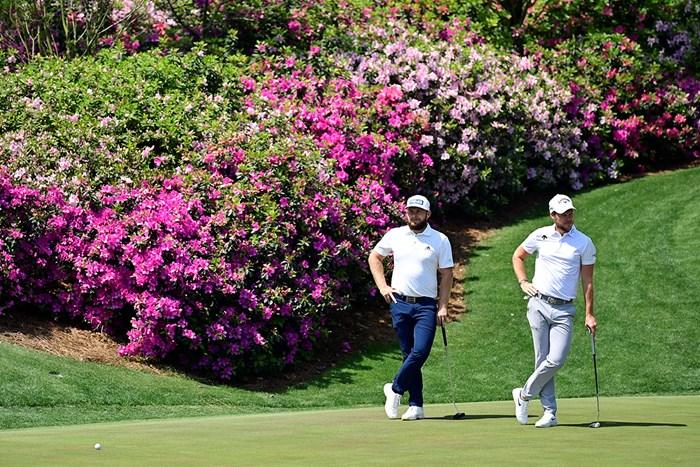 アザレアの花を背にするイングランドの2人(提供:Augusta National Golf Club) 2021年 マスターズ 事前 ティレル・ハットン ダニー・ウィレット