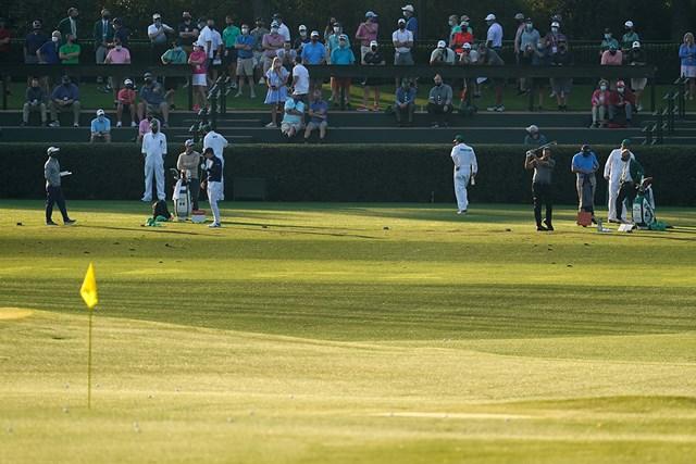 2021年 マスターズ 事前 カルロス・オルティス フィル・ミケルソン 練習ラウンドを見詰めるパトロンたち(提供:Augusta National Golf Club)