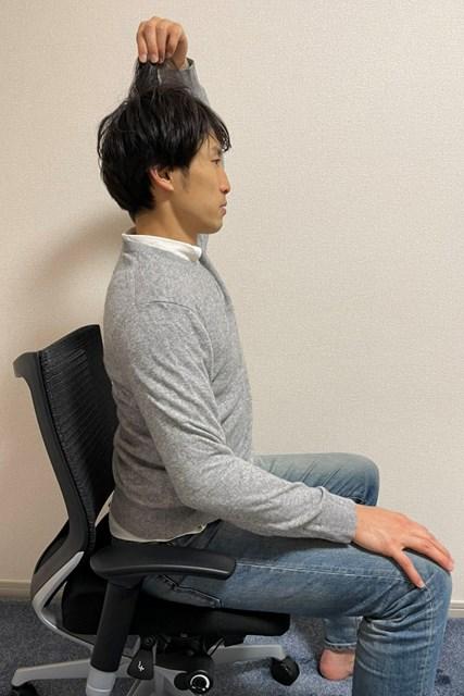 イス 髪の毛をつまむことで首の位置が正しくなる(※提供写真)
