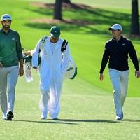 開幕3日前の5日に練習ラウンドに臨んだジョンソン(左)とマキロイ(提供:Augusta National Golf Club) 2021年 マスターズ 事前 ダスティン・ジョンソン ロリー・マキロイ