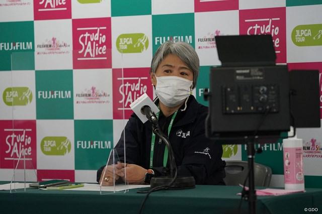 2021年 富士フイルム・スタジオアリス女子オープン 初日 小田美岐 コロナ感染者についての説明をするJLPGAの小田美岐専務理事
