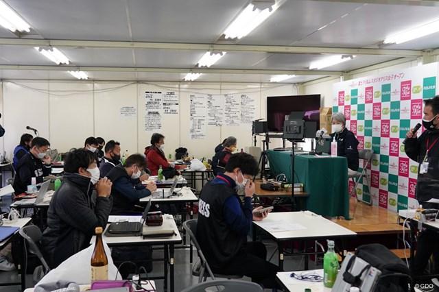 2021年 富士フイルム・スタジオアリス女子オープン 初日 小田美岐 状況を説明するJLPGAの小田美岐専務理事
