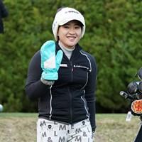 防寒ばっちしと笑顔を見せる 2021年 富士フイルム・スタジオアリス女子オープン 初日 永井花奈