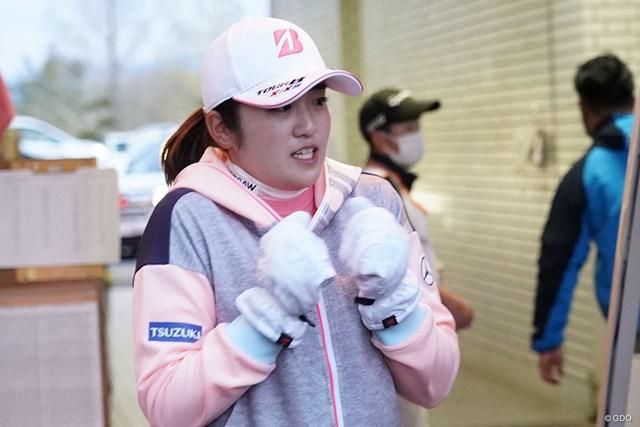 2021年 富士フイルム・スタジオアリス女子オープン 初日 稲見萌寧 サスペンデットでクラブハウスに引き上げるもあまりの寒さに震える