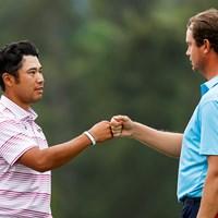 18番をナイスパーで締めくくり、紳士イングリッシュとグータッチ(提供:Augusta National Golf Club) 2021年 マスターズ 2日目 松山英樹 ハリス・イングリッシュ