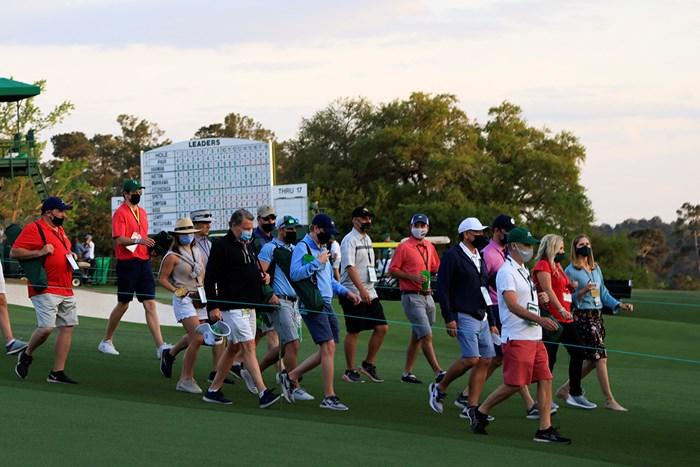 大会初日、18番の観戦エリアから引き上げるパトロンたち。ほとんどの人がマスクをしている(提供:Augusta National Golf Club) 2021年 マスターズ 初日 パトロン