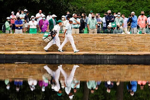 2021年 マスターズ 3日目 松山英樹 イーグルを奪った15番でサラゼンブリッジを歩く松山。栄光の架橋となるか(提供:Augusta National Golf Club)