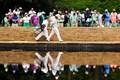 イーグルを奪った15番でサラゼンブリッジを歩く松山。栄光の架橋となるか(提供:Augusta National Golf Club)