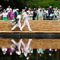 イーグルを奪った15番でサラゼンブリッジを歩く松山。栄光の架橋となるか(提供:Augusta National Golf Club) 2021年 マスターズ 3日目 松山英樹