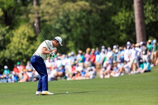 2021年 マスターズ 4日目 松山英樹 3番のセカンドショット。多くのパトロンが見守る(提供:Augusta National Golf Club)