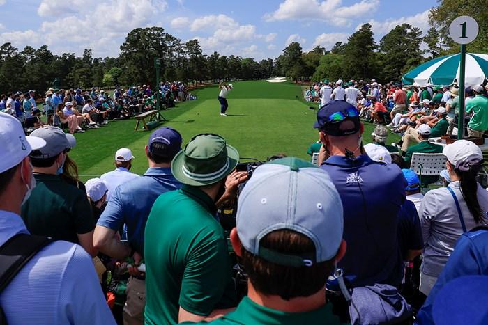 最終日の最初のショットを放つ松山英樹(提供:Augusta National Golf Club) 2021年 マスターズ 4日目 松山英樹