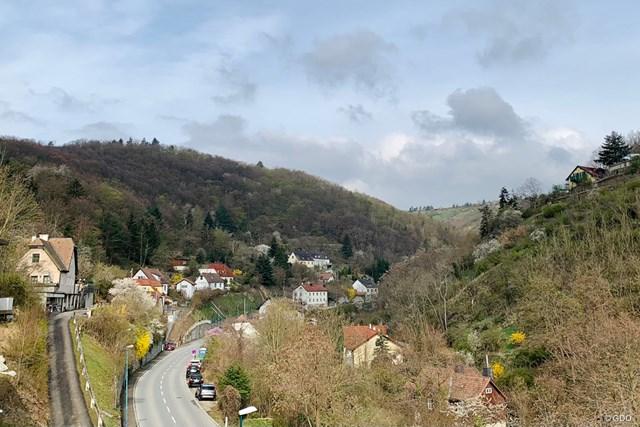2021年 オーストリアオープン 事前 オーストリア街並み オーストリアののどかな道を通ってコースに向かいます