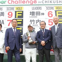 川満歩(中央)がうれしいプロ初勝利をあげた(提供JGTO) 2021年 i Golf Shaper Challenge in 筑紫ヶ丘 最終日 川満歩