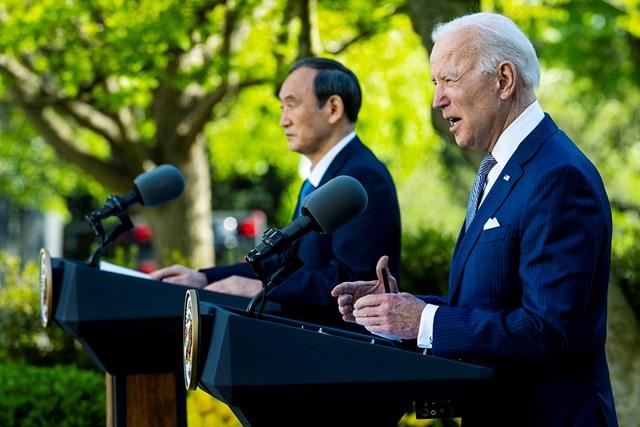 2021年 ジョー・バイデン 菅義偉 日米首脳会談後の記者会見に臨んだバイデン米大統領と菅首相(Doug Mills-Pool/Getty Images)