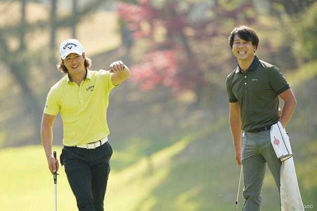 2021年 関西オープンゴルフ選手権競技 事前 石川遼 プロ選手の勝俣陵をキャディに起用して、リラックスした様子で練習ラウンドを行う石川遼