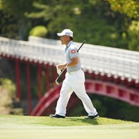 バックには8番グリーンへの橋 2021年 関西オープンゴルフ選手権競技 事前 藤本佳則
