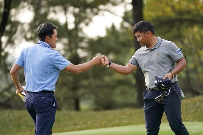グータッチはOK 2021年 関西オープンゴルフ選手権競技 2日目 宮里優作と金谷拓実