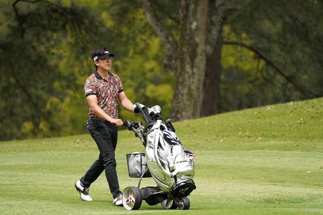 2021年 関西オープンゴルフ選手権競技 3日目 上井邦裕 手押しカートでプレーする上井邦裕