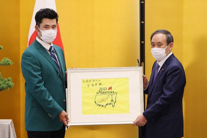 菅義偉首相にお礼の品を贈る松山英樹※首相官邸ホームページより 2021年 マスターズ 事前 松山英樹