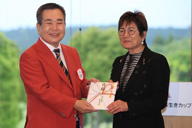 岡田美智子 大会主催者から30万円を贈られた(大会提供)