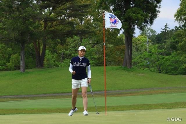 2021年 パナソニックオープンレディースゴルフトーナメント 3日目 大里桃子 プレーオフ1ホール目、パーパットを沈めてガッツポーズ