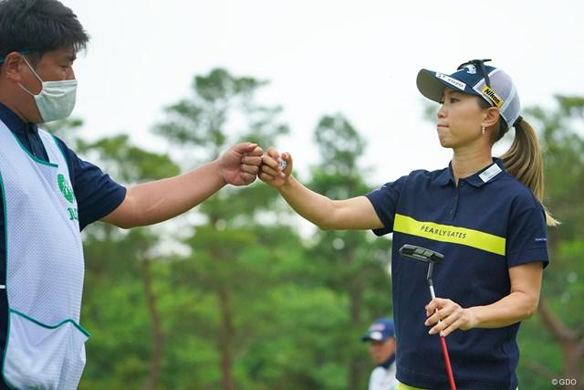 2021年 ワールドレディスチャンピオンシップサロンパスカップ 2日目 上田桃子 辻村明志コーチ(左)と2週連続Vを狙う上田桃子