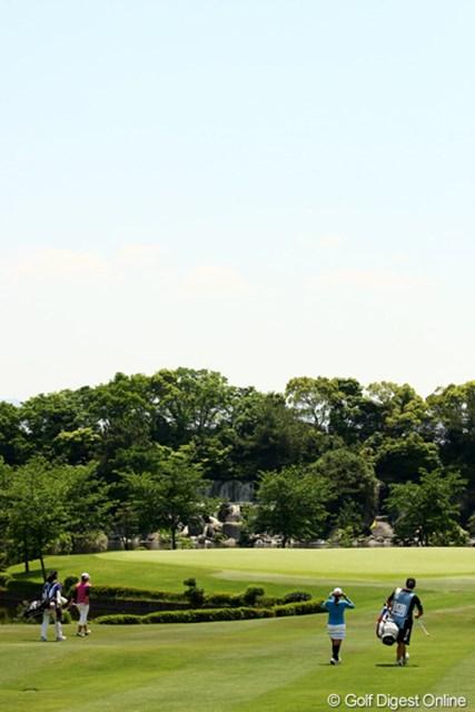 2010年 フンドーキンレディース 最終日 15番ホール グリーン周りには池があり、奥には石垣と滝が流れてます。日本庭園のような雰囲気の15番ホールです。