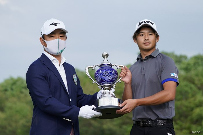 選手会長からトロフィーを手渡された 2021年 ジャパンプレーヤーズチャンピオンシップ by サトウ食品 最終日 片岡尚之
