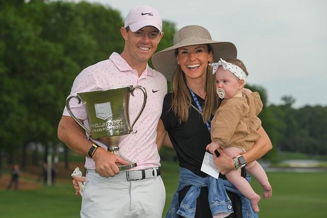 2021年 ウェルズファーゴ選手権 最終日 ロリー・マキロイ エリカ夫人、愛娘のポピーちゃんと優勝を喜ぶマキロイ( Ben Jared/PGA TOUR via Getty Images)