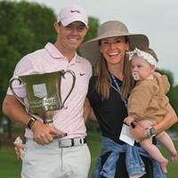 エリカ夫人、愛娘のポピーちゃんと優勝を喜ぶマキロイ( Ben Jared/PGA TOUR via Getty Images) 2021年 ウェルズファーゴ選手権 最終日 ロリー・マキロイ
