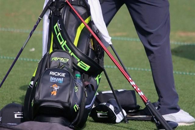 2021年 ウェルズファーゴ選手権 事前 リッキー・ファウラー 2本のシャフトを打ち比べるリッキー・ファウラー(提供:GolfWRX、PGATOUR)