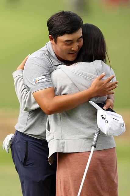 2021年 AT&Tバイロン・ネルソン 4日目 イ・キョンフン 身重の妻と抱き合う(Matthew Stockman/Getty Images)
