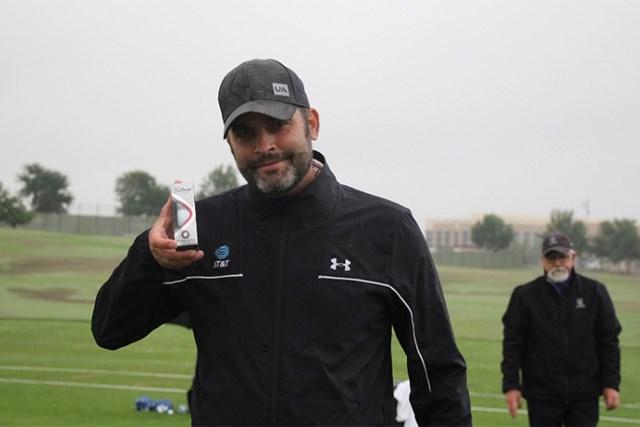 2021年 ジョーダン・スピース ゴルフボールの変更を確認するスピースのキャディ、マイケル・グレラー氏(提供:GolfWRX)