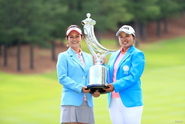 2019年 宮里藍サントリーレディスオープンゴルフトーナメント 最終日 鈴木愛 宮里藍 前回2019年大会は鈴木愛が優勝、宮里藍さんからトロフィーを授与された