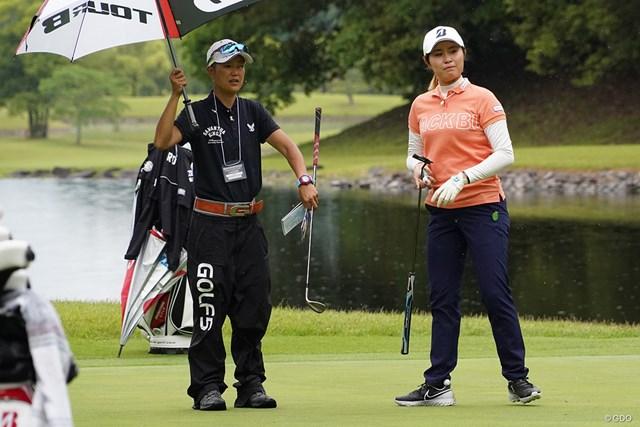 2021年 中京テレビ・ブリヂストンレディスオープン 事前 大里桃子 大里桃子(右)はキャディとコースを確認