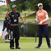 大里桃子(右)はキャディとコースを確認 2021年 中京テレビ・ブリヂストンレディスオープン 事前 大里桃子