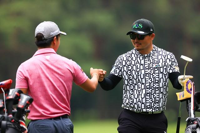 2021年 ゴルフパートナー PRO-AMトーナメント 初日 梅山知宏 バーディを奪ってグータッチ