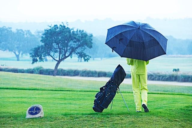 《2021年》梅雨時期に人気のレインウェア上下セットおすすめ6選 雨の日のゴルフ(GettyImages)