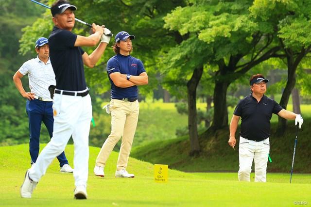 2021年 ゴルフパートナー PRO-AMトーナメント 初日 石川遼 石坂友宏 「プロ3人よりプレー早いのはなぜ」と苦笑しつつ、アマチュア2人のプレーには真剣なまなざしをのぞかせた