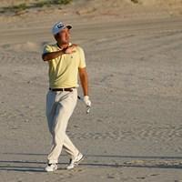 砂地にドロップした後ショットを放つ(撮影/田邉安啓) 2021年 全米プロゴルフ選手権 初日 金谷拓実