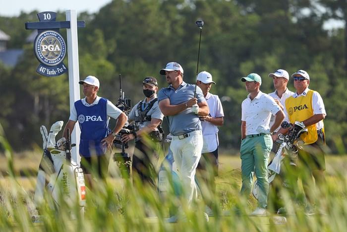 スタート10番のトラブルもお構いなし。ブルックス・ケプカが同組のロリー・マキロイとジャスティン・トーマスをスコアで置き去りにした (Jamie Squire/Getty Images) 2021年 全米プロゴルフ選手権 初日 ブルックス・ケプカ ロリー・マキロイ ジャスティン・トーマス