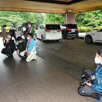 競技が中止となり選手の帰りを待つ報道陣 2021年 中京テレビ・ブリヂストンレディスオープン 初日 報道陣