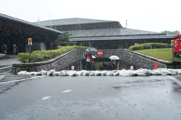 豪雨のたプレスルーム入り口に土嚢袋が置かれる 2021年 中京テレビ・ブリヂストンレディスオープン 初日 中京テレビ・ブリジストンオープン