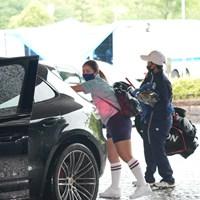 豪雨で競技が中止になり荷物を車に積み込む 2021年 中京テレビ・ブリヂストンレディスオープン 初日 山下美夢有
