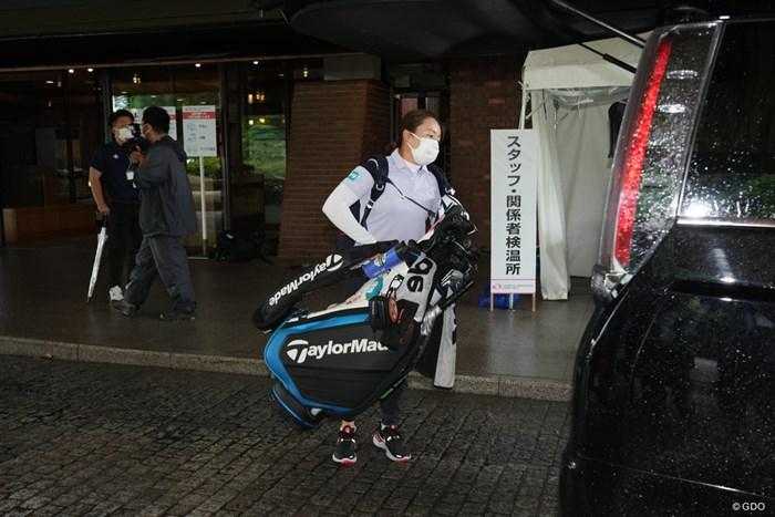 豪雨のため競技が中止となり車にキャディーバックを積み込む 2021年 中京テレビ・ブリヂストンレディスオープン 初日 永峰咲希