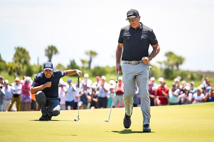 首位に立ったミケルソン。この日も多くのギャラリーを引き連れた(Keyur Khamar/PGA TOUR via Getty Images) 2021年 全米プロゴルフ選手権 2日目 フィル・ミケルソン パドレイグ・ハリントン