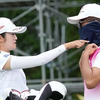 キャディにマスクのかけ方を指摘する 2021年 中京テレビ・ブリヂストンレディスオープン 2日目 稲見萌寧